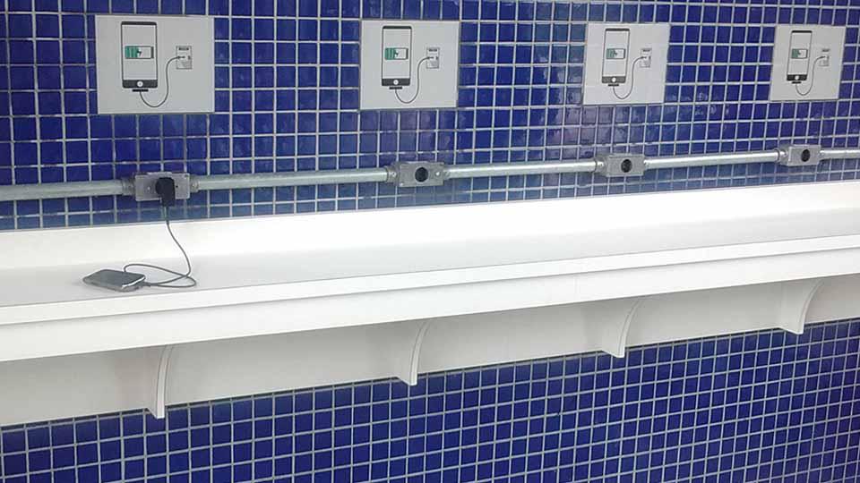 É o primeiro ponto do tipo implantado pela companhia, que conta com um balcão comprido e seis tomadas instaladas.