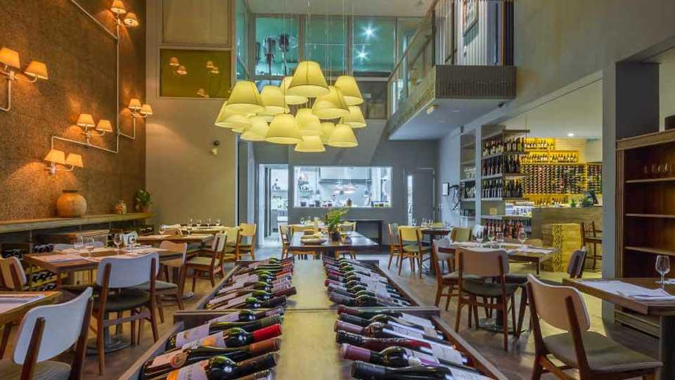 Vista interna do Karú, restaurante em Pinheiros.