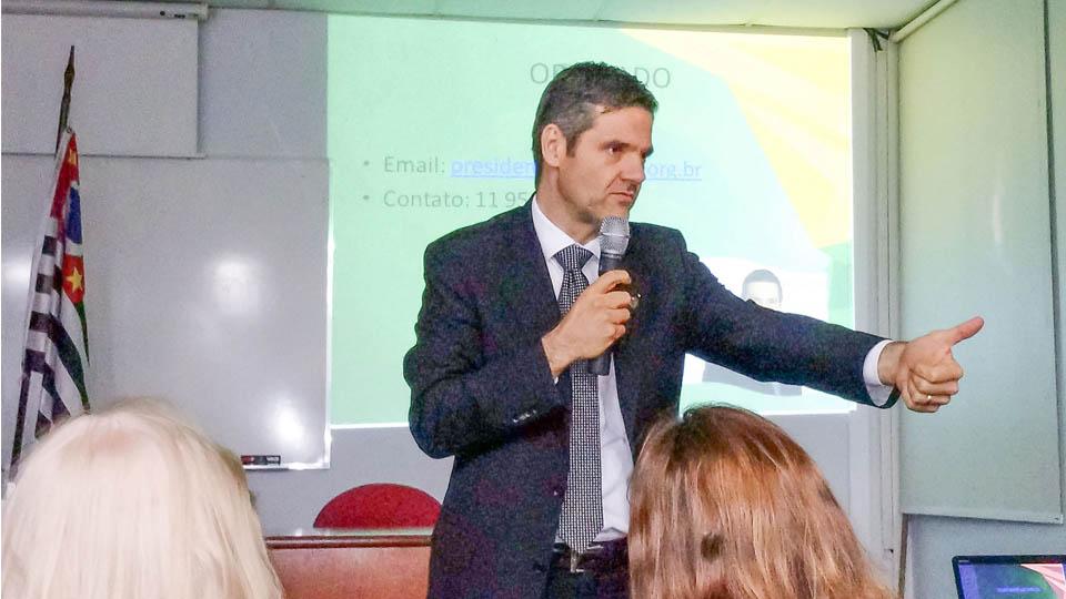Advogado Alexandre Tirelli, durante palestra na Distrital Pinheiros da Associação Comercial de São Paulo.