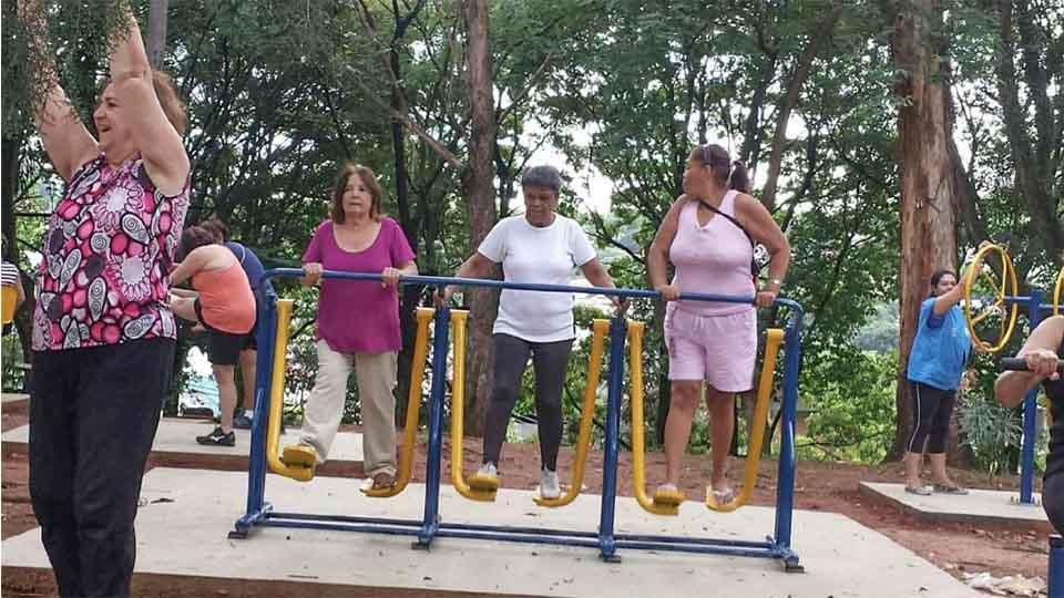 Grupo de idosos usa os equipamentos da praça, que foram comprados pelos moradores do lugar.